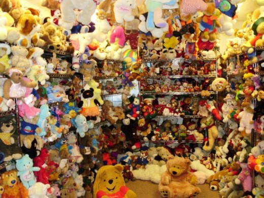 113010-2_largest_teddy_bear_collection_Jackie_Miley