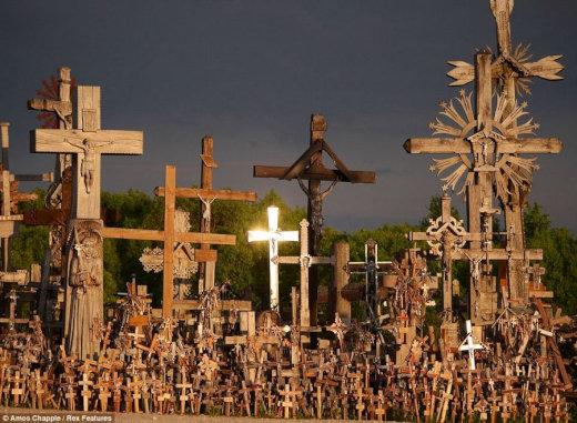 【リトアニア】5万本の十字架で埋め尽くされた神聖なる丘の画像集【十字架の丘】